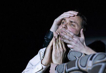 Niels ellegaard i 'slottet' på aarhus teater (foto: jan jul)